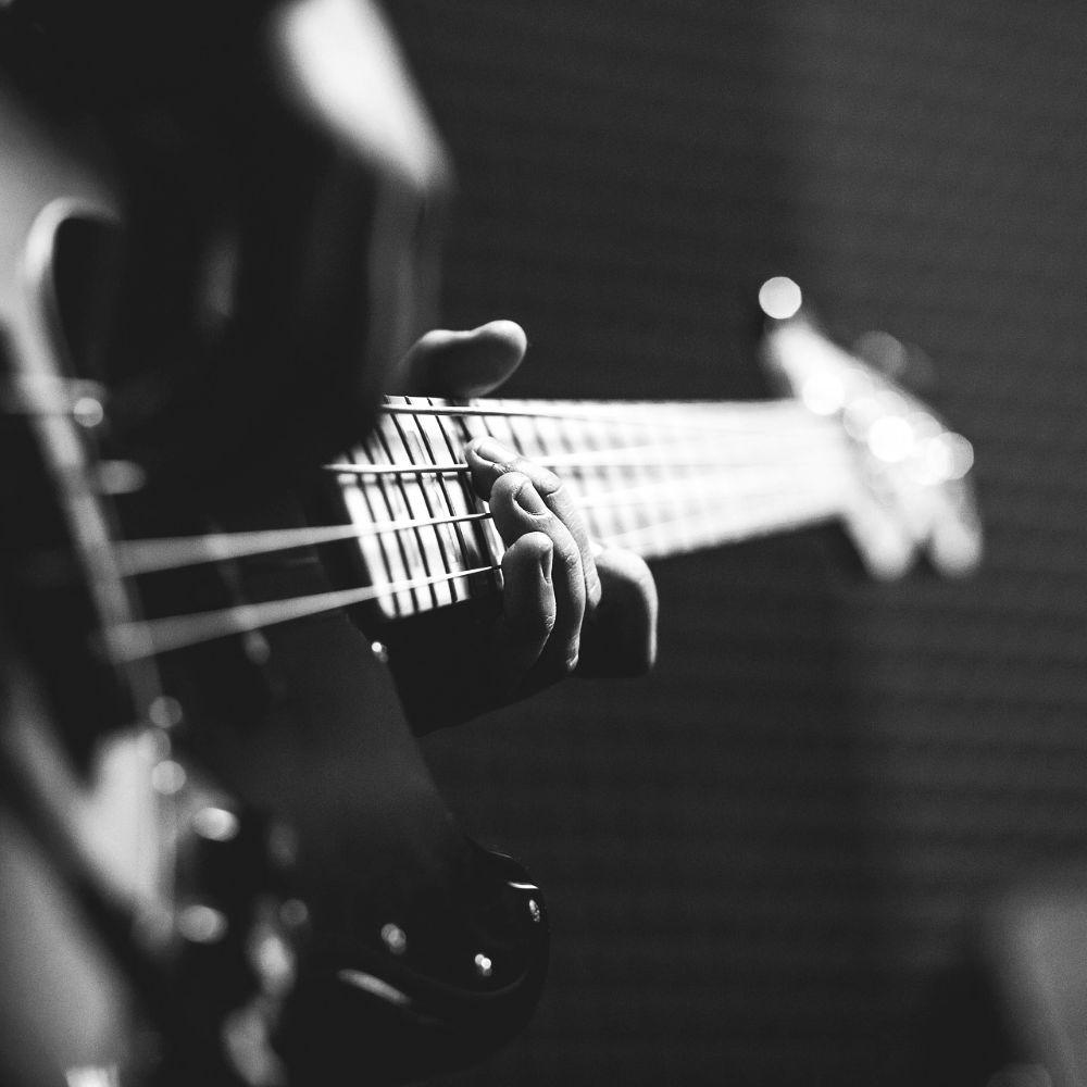 Bassunterricht: Bass - Auschnitt eines E-Basses mit spielenden Händen