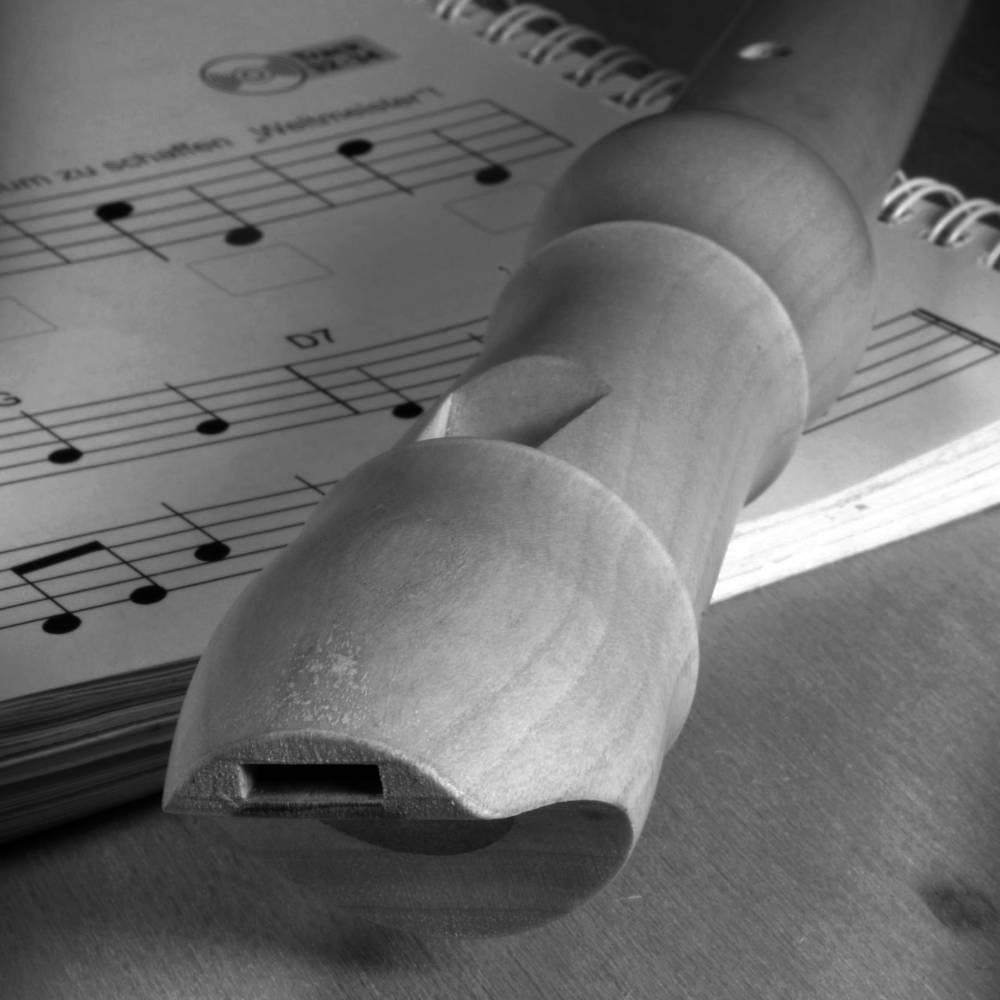 Blockflötenunterricht: Blockflöte liegt auf Noten