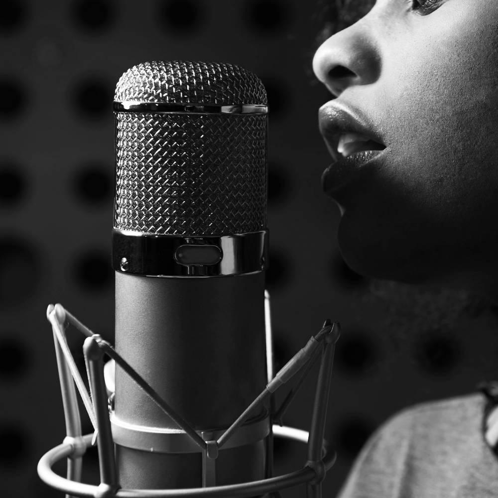 Gesangsunterricht: Gesang - Aufnahmemikro mit Sängerin (Ausschnitt)