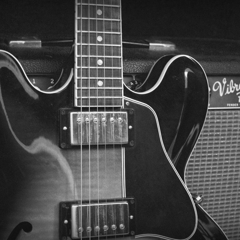 Jazzgitarrenunterricht: Jazzgitarre - Gitarre lehnt an Verstärker