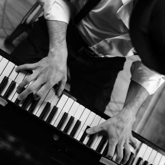 Unterrichstfächer: Jazzpiano - Mann am Piano