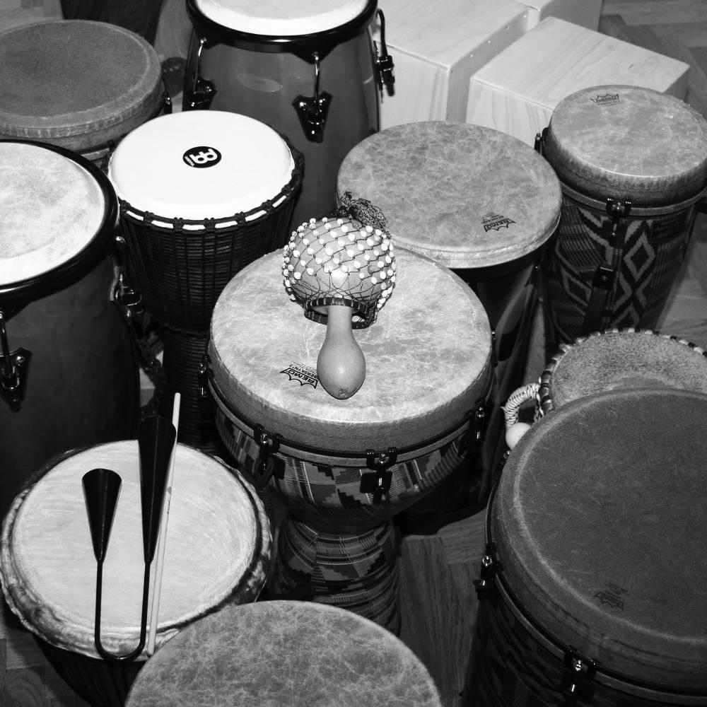 Perkussionunterricht - Mehrere Trommeln und verschiedene Perkussioninstrumente