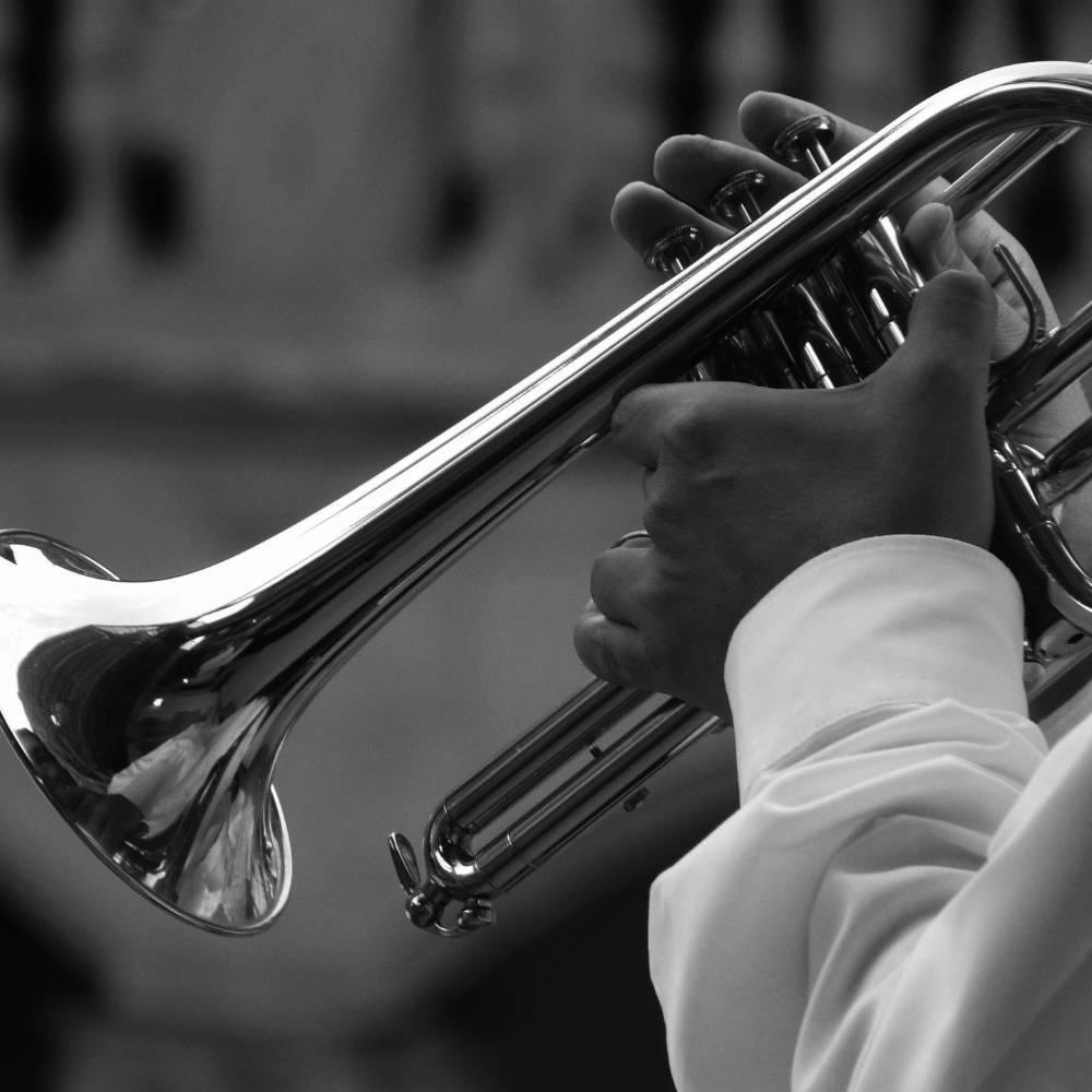 Trompetenunterricht - Mann mit Trompete (Ausschnitt)
